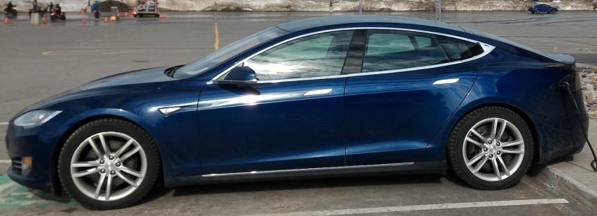 051 Evolu7 Tesla S side